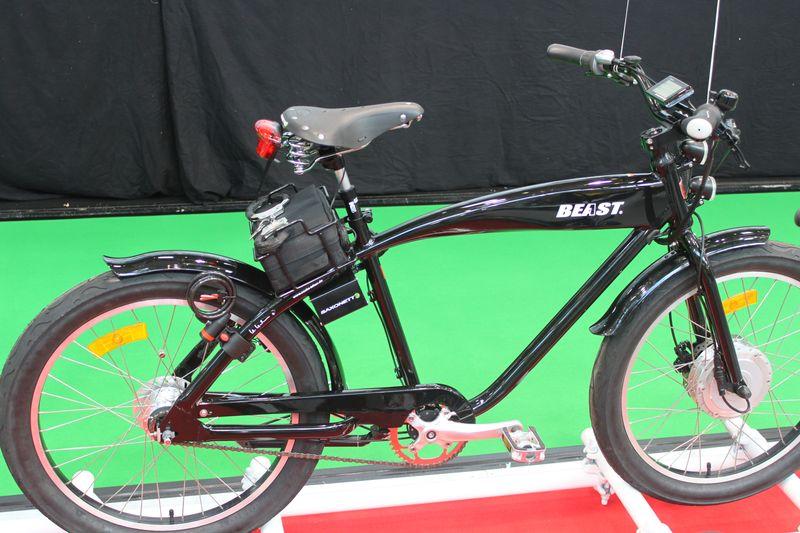 saxonette bringt fahrrad mit handschellen und doppelakku. Black Bedroom Furniture Sets. Home Design Ideas