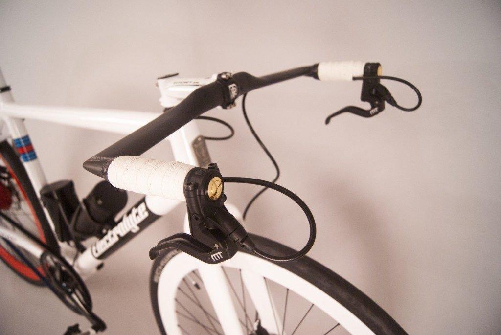 Electrolyte Flaschengeist Lenker mit Einschaltknopf für den Elektroantrieb / Foto: Electrolyte