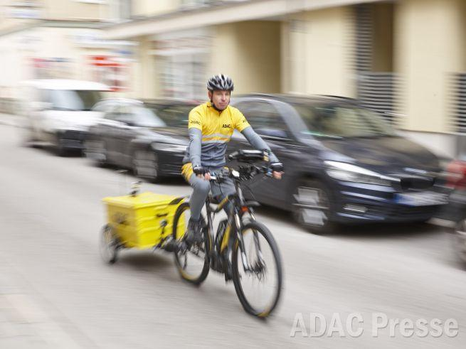 ADAC Helfer fährt eBike
