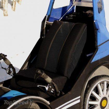 Der bequeme Sitz mit Rückenlehne und Lenkgriffen