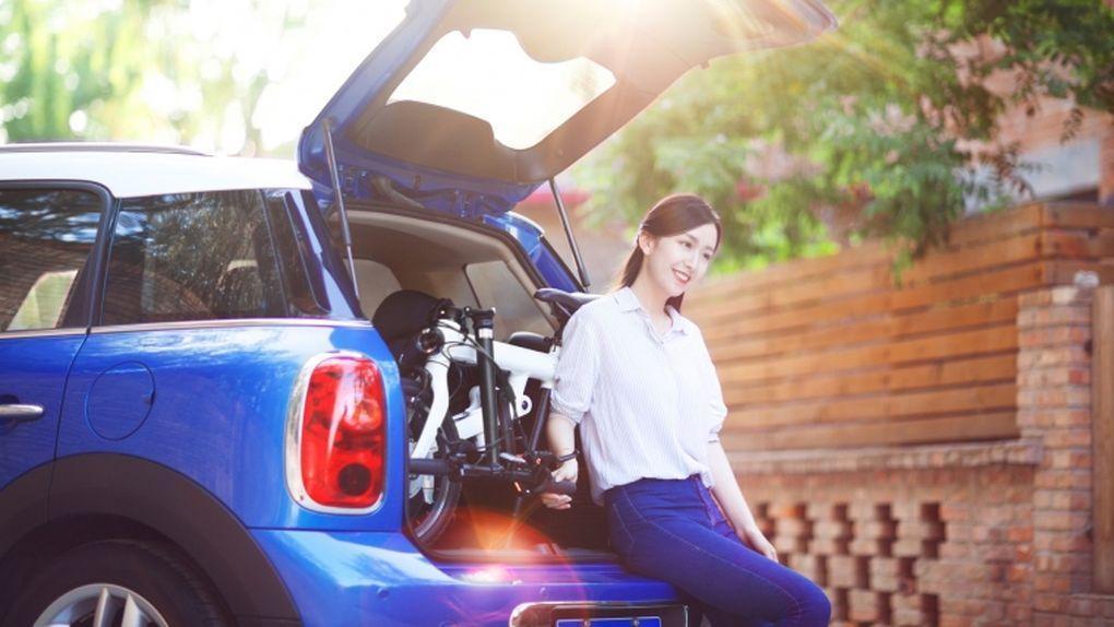 Das Xiaomi Mi Qicycle passt gefaltet in den Auto Kofferraum