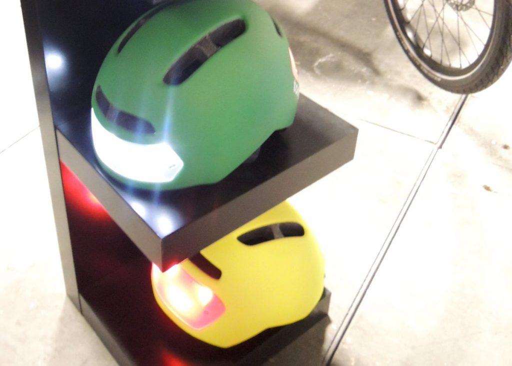 Helm mit integrierten Lichtern von Torch