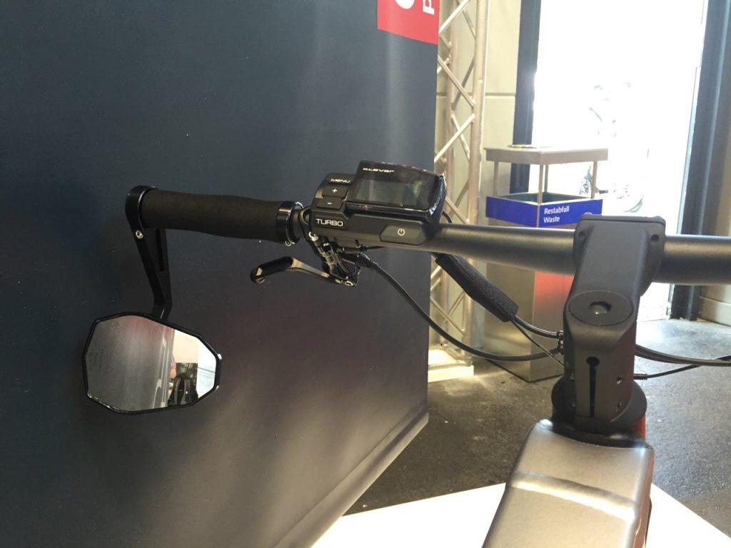 Das Model X Cockpit mit S-Pedelec Spiegel