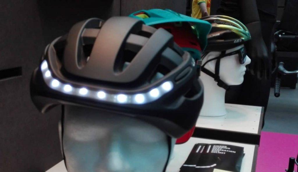Die Frontlichter im Lumos Helm zeigen dem eBike Zubehör 2017 die Richtung