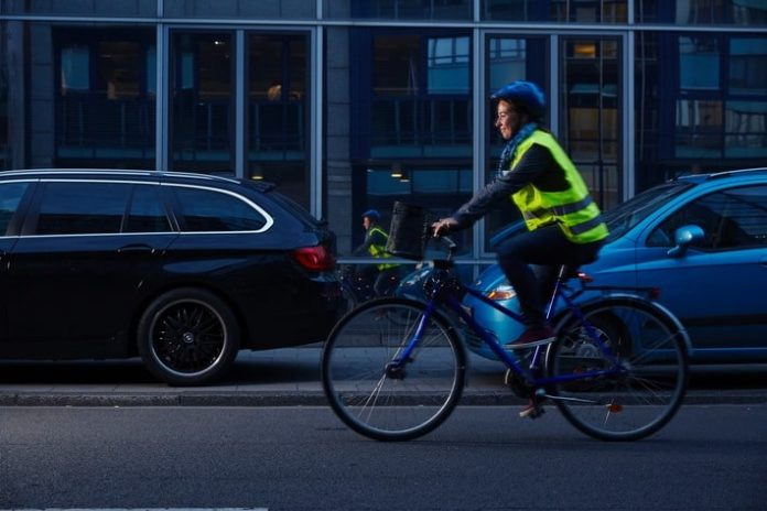 Auch in der DUnkelheit gut zu sehen, Radfahrerin mit Reflektoren.
