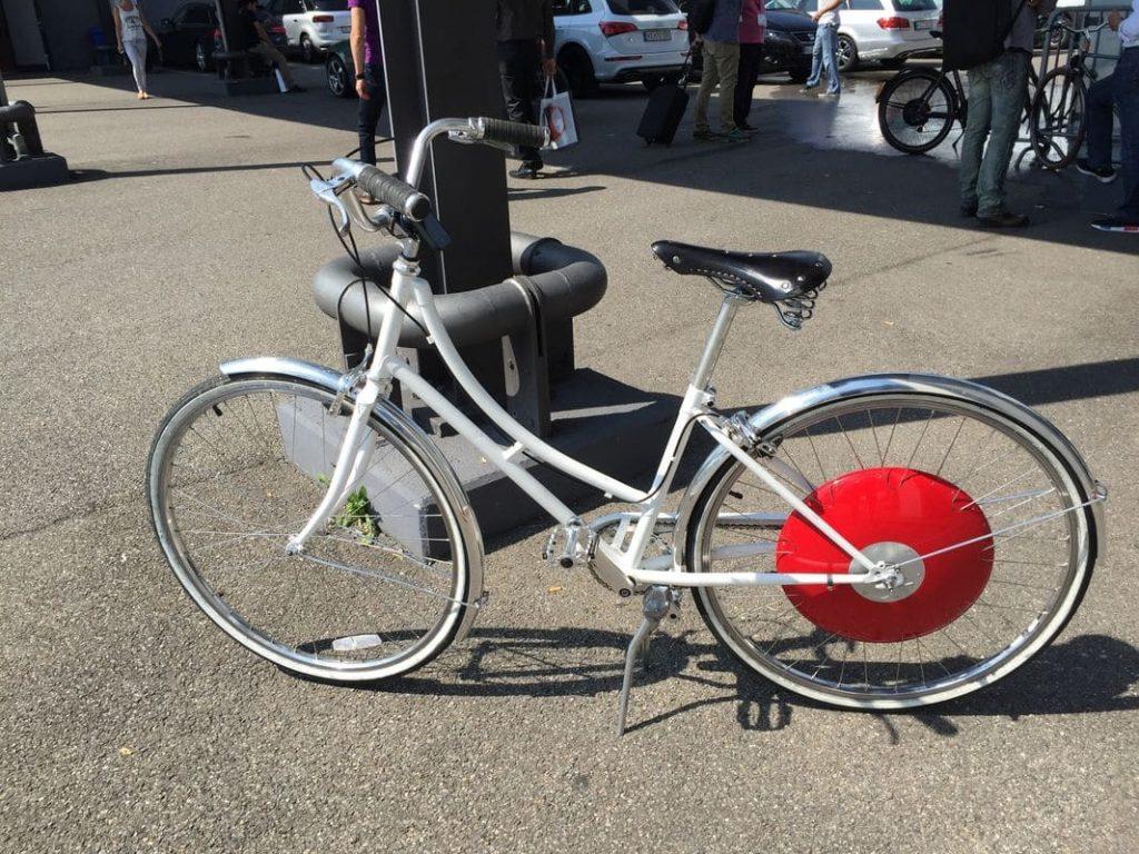 Ein knallrotes Elektro-Rad steht weißen Bikes gut