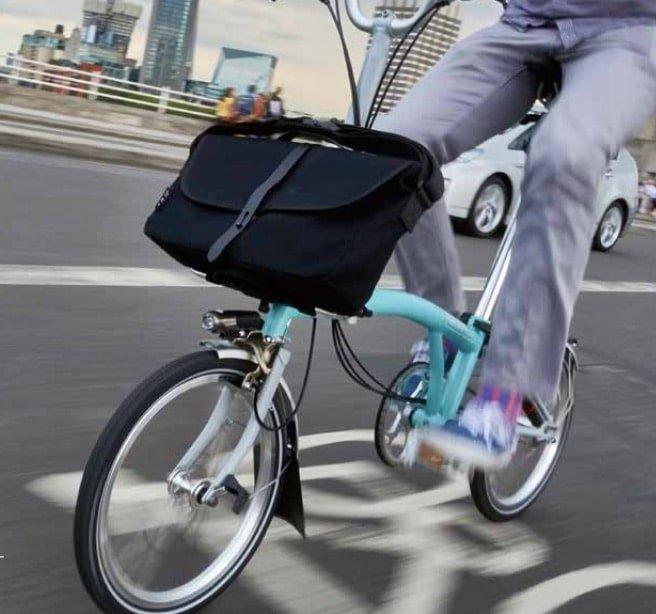 Modell für Brompton e-Bike mit Tasche vorne