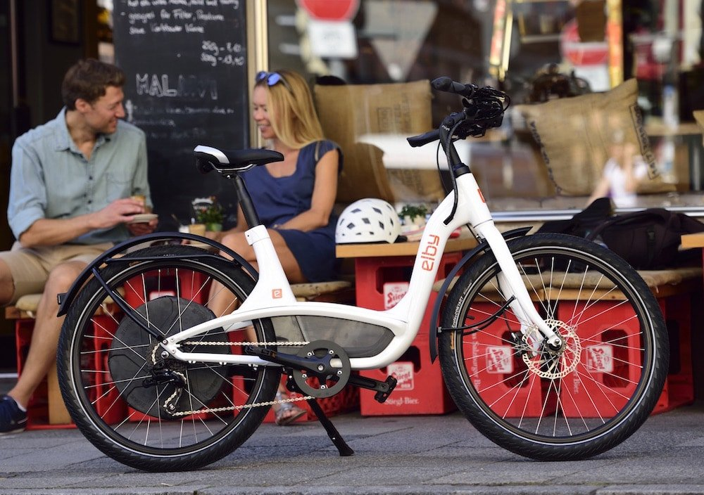 Elby e-Bike in Weiß vor Straßencafé