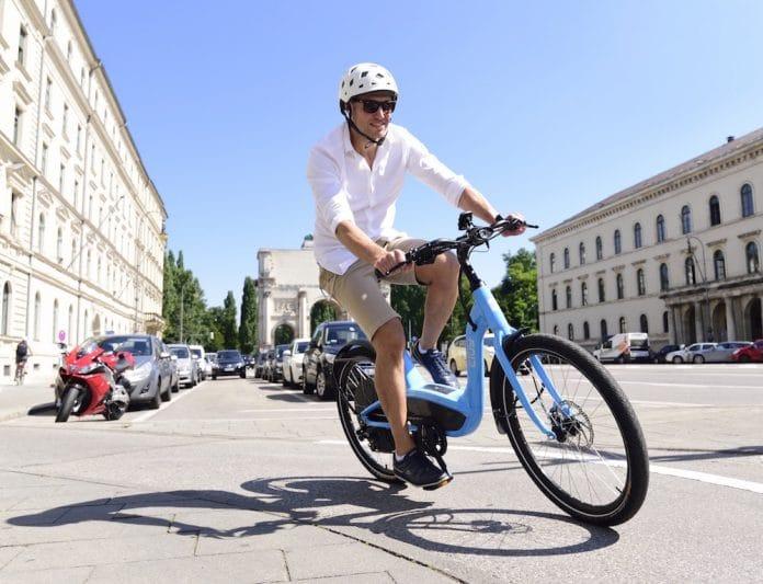 Mann fährt Elby e-Bike