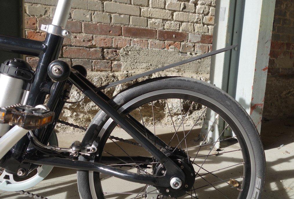 ausgerolltes Regenschutz-Gummi am Ahooga e-Bike