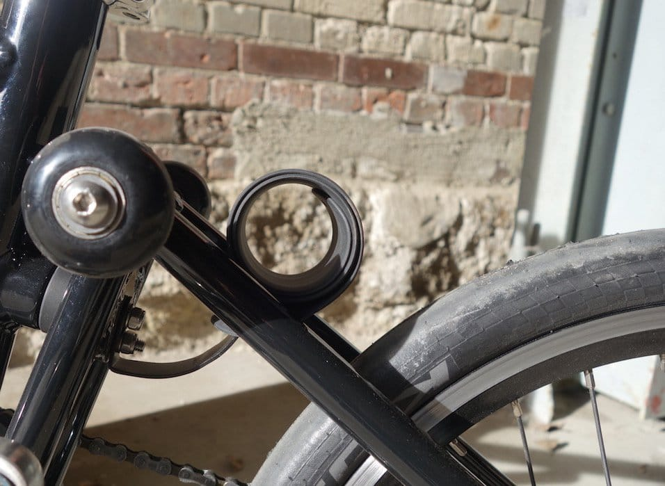 eingerolltes Regenschutz-Gummi am Hinterrad des Ahooga e-Bike