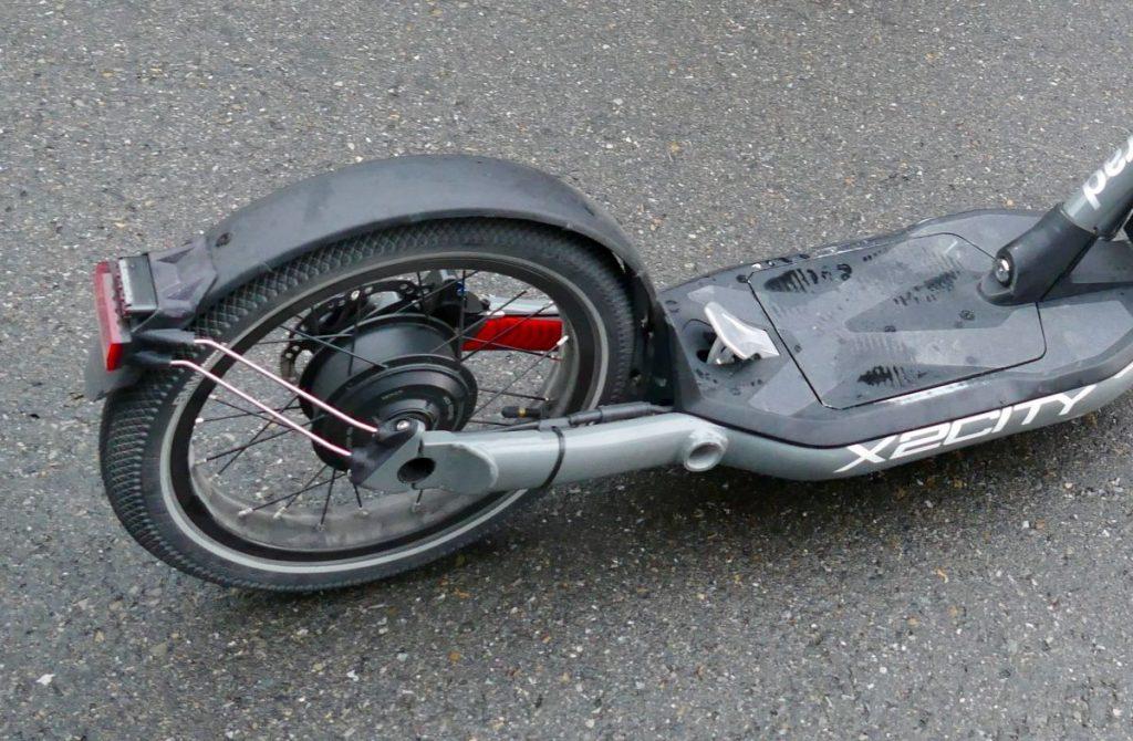 Nabenmotor im Hinterrad und Pedal auf Trittbrett