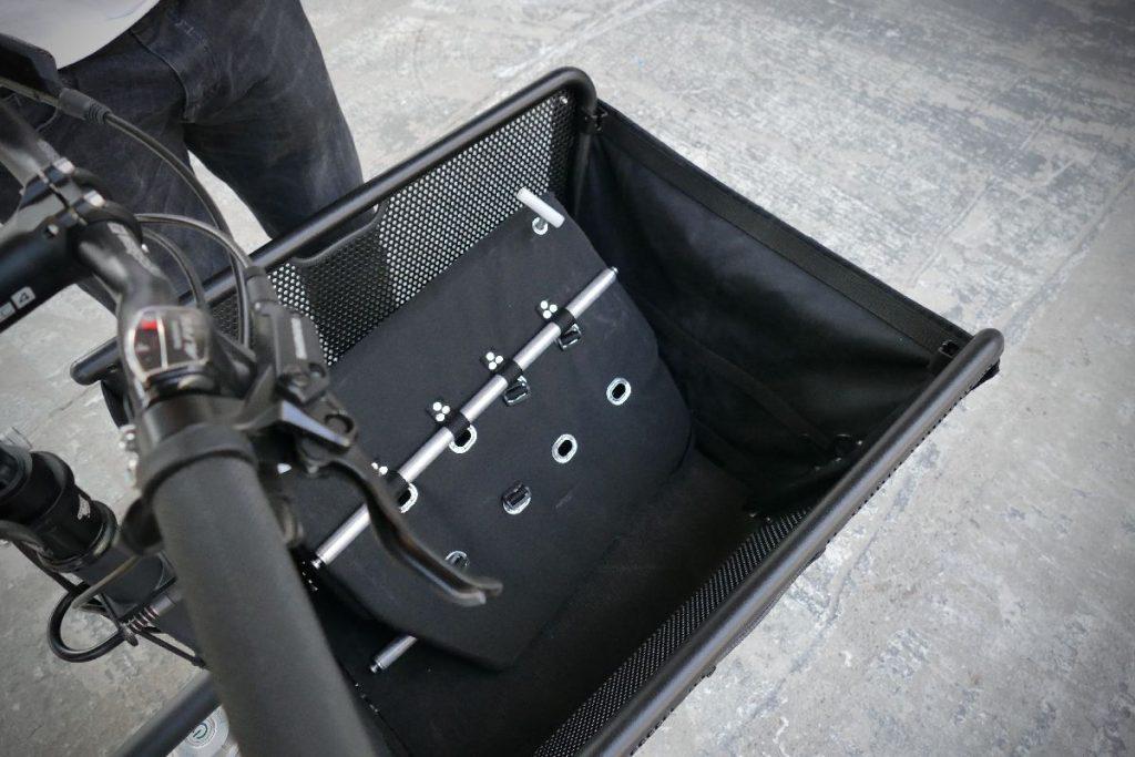 e-Lastenrad muli cycle Ladekorb ausgeklappt für Kindersitz