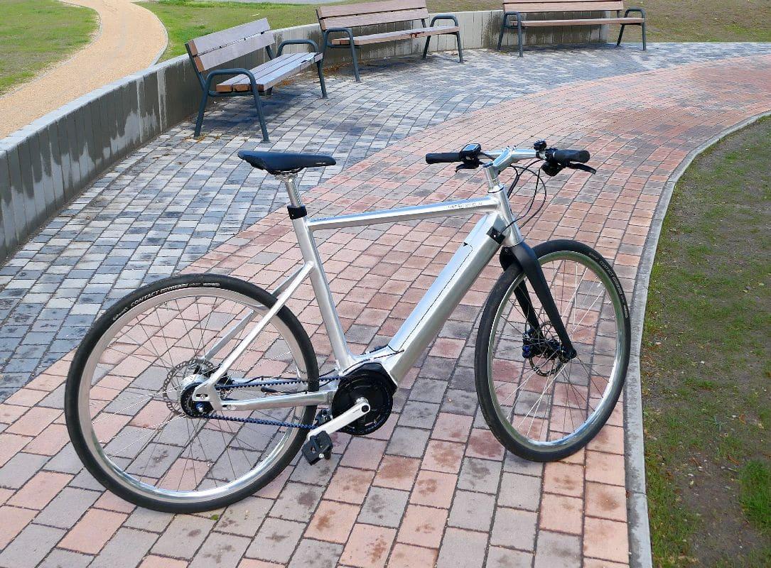 Test SD1 Urban e-Bike von HNF NICOLAI P1000184 SD1 rechts vor parkbänken