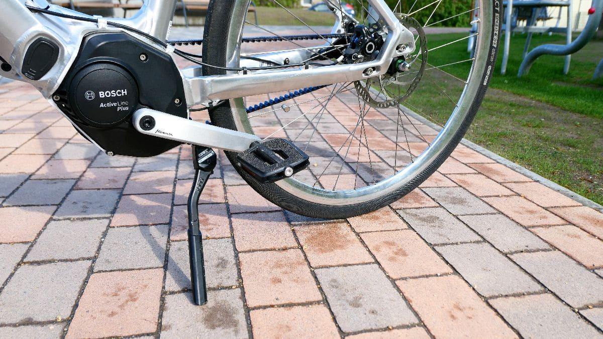 Test SD1 Urban e-Bike von HNF NICOLAI P1000190 SD2 links Detail Ständer Motor Pedale_b_h_WM