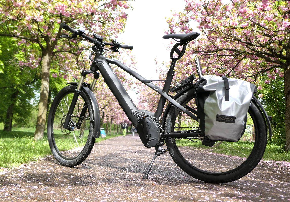 XD2 Urban e-Bike Test HNF-NICOLAI P1000086 XD2 auf Pfirsichblüten_links_mit Tasche_motor verdeckt_b_h_wischen_WM