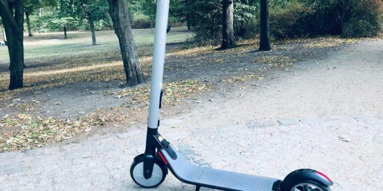 Segway ES2 E-Scooter im Park