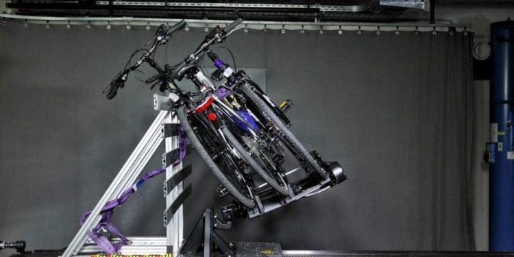 Ein Fahrradheckträger in der Katapult-Anlage des ADAC