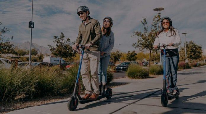 Ein Paar fährt mit einem Bogo Tandem E-Scooter (Foto: Bogo)