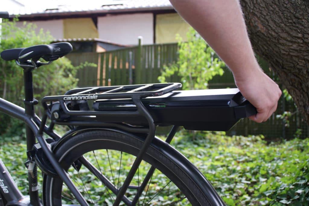 E-Bike Vision Rahmenakku wird eingeschoben