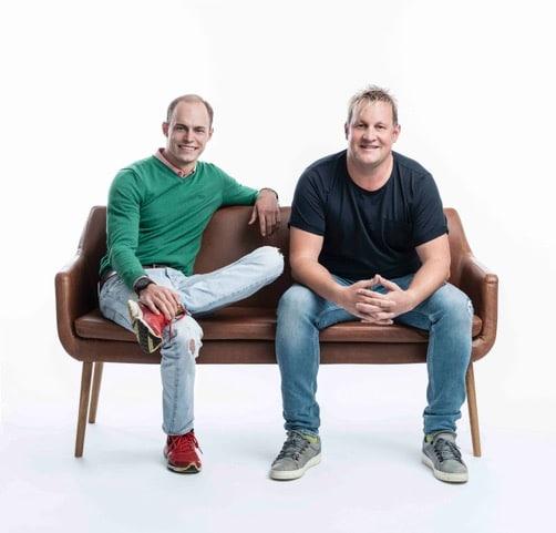 Die beiden geschäftsführenden Gesellschafter Philipp Zimmermann und Richard Hirschhuber sitzend