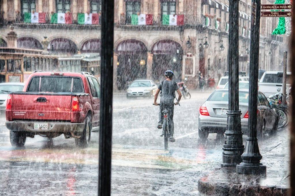 durchnässter Radfahrer ohne Regenkleidung - ebike-news