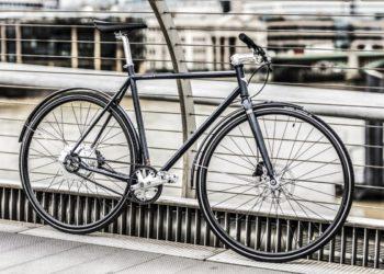 Cooper E Disc an einem Zaun gelehnt (Foto: Cooper Bikes)
