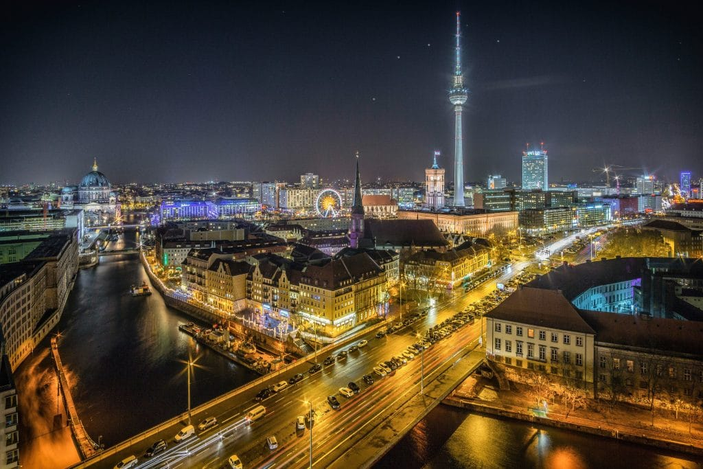 Beleuchtete Straße in Berlin