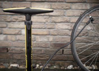 Fahrrad Luftpumpe im Einsatz - eBikeNews