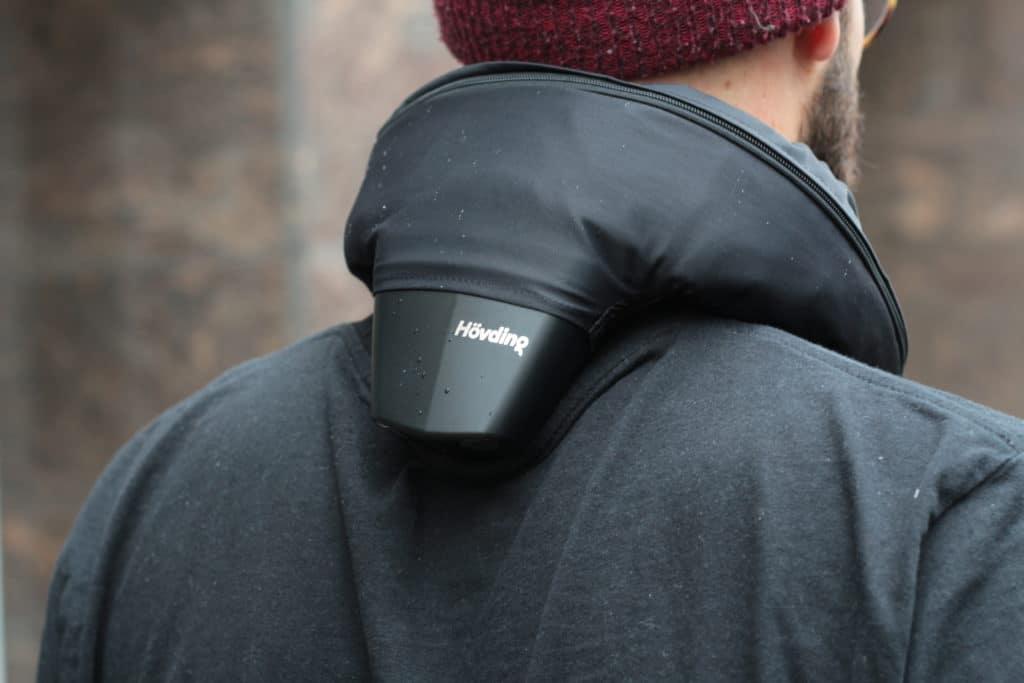 Der Airbag Helm von Hövding wird um den Hals getragen - eBikeNews