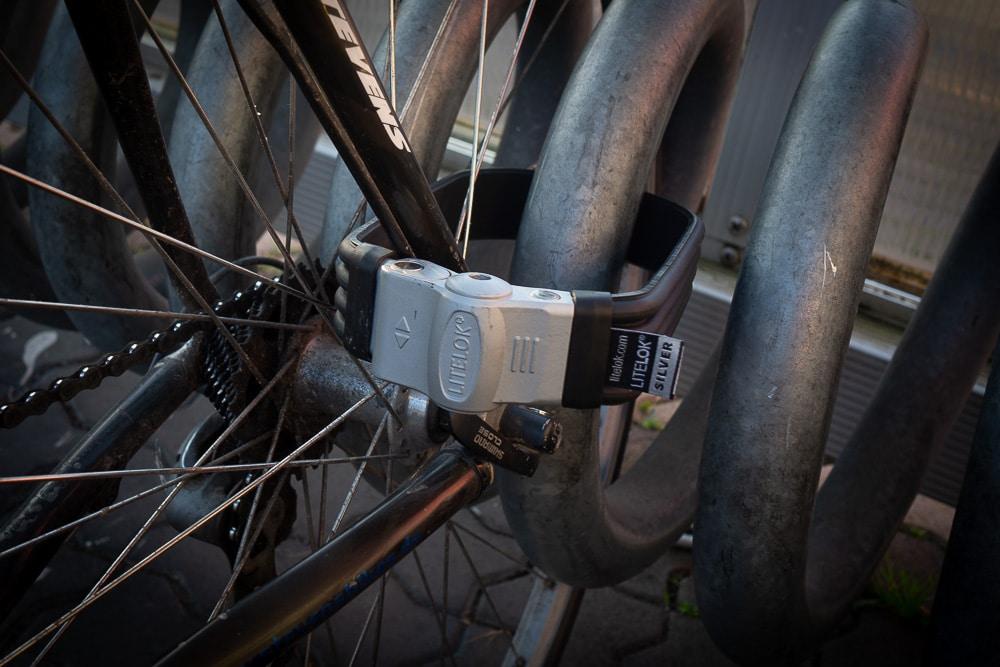 LiteLok-Flexi-U am Fahrradständer - eBikeNews