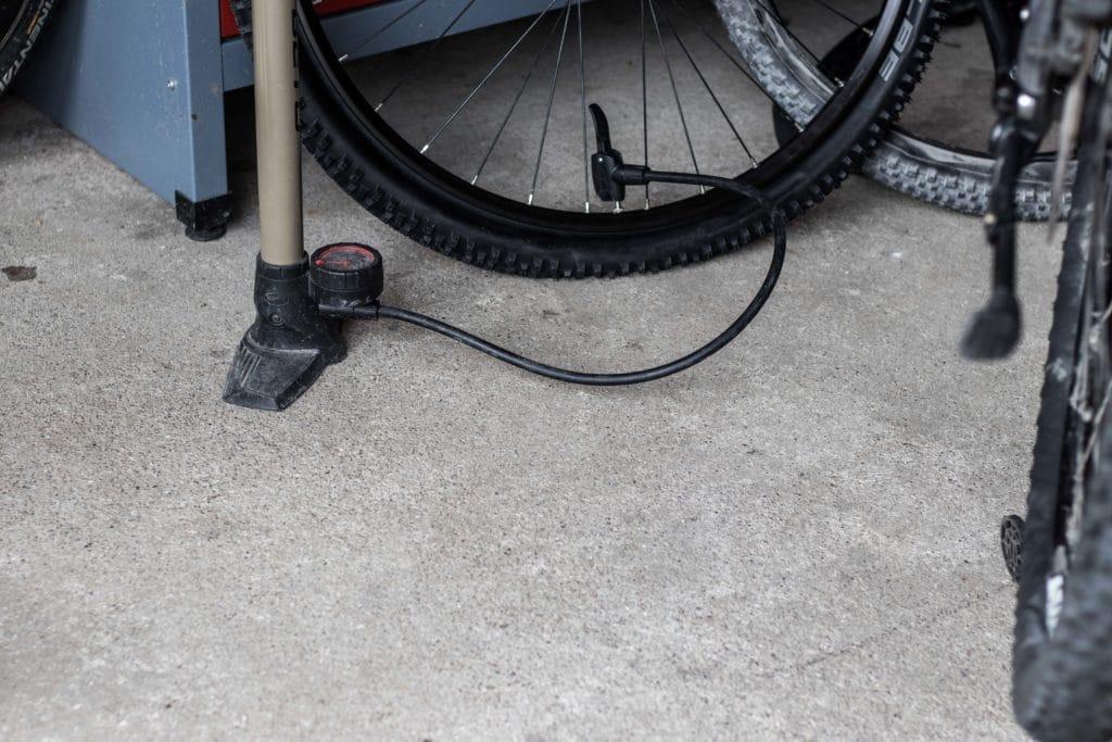 Reifenwechsel am E-Bike, erst wechseln, dann aufpumpen.