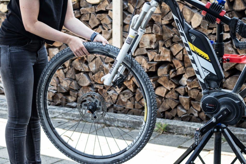 Laufrad entfernen beim Reifenwelchsel am E-Bike