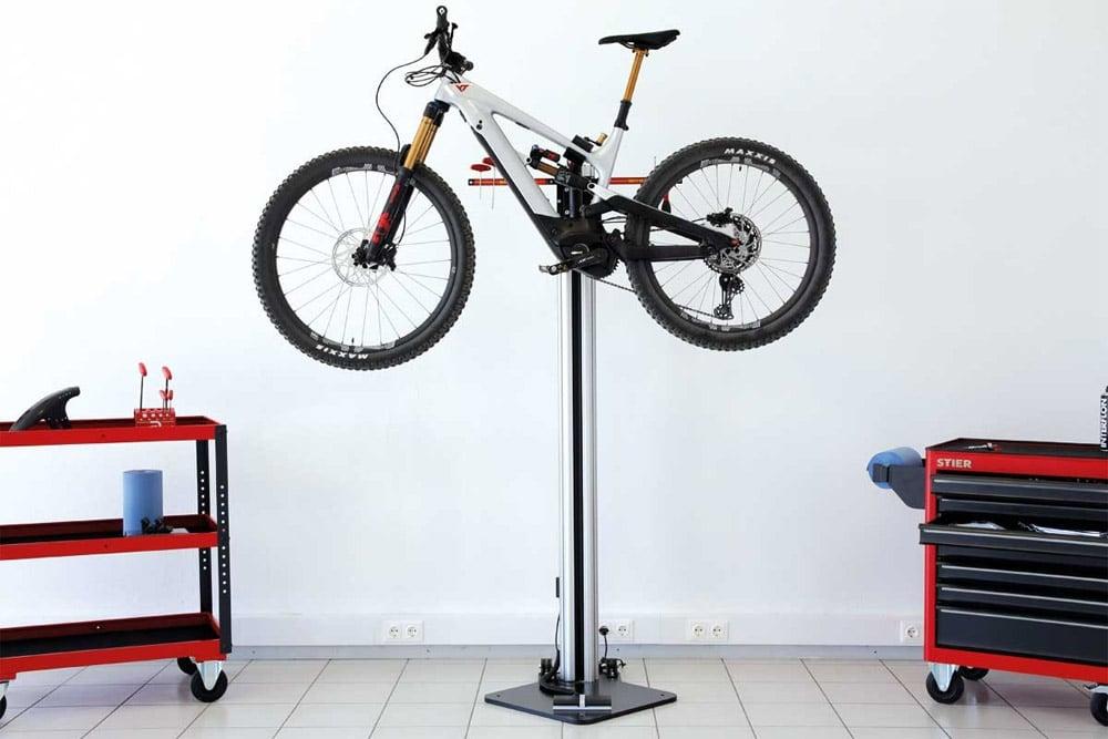 Neuer Montageständer kann selbst schwere E-Bikes mühelos anheben - eBikeNews